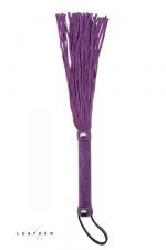 Martinet en cuir violet : Un martinet en daim avec des lanières courtes et très douces pour vous initier aux jeux de fouets.